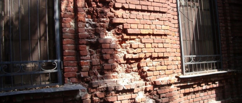 Разрушение кирпичей в стене