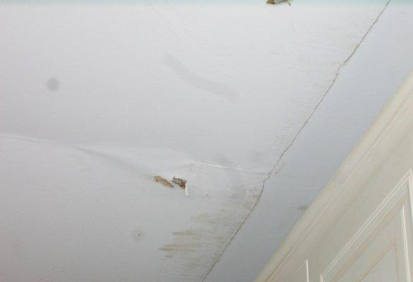 Разрушение гипрочного потолка в кабинете