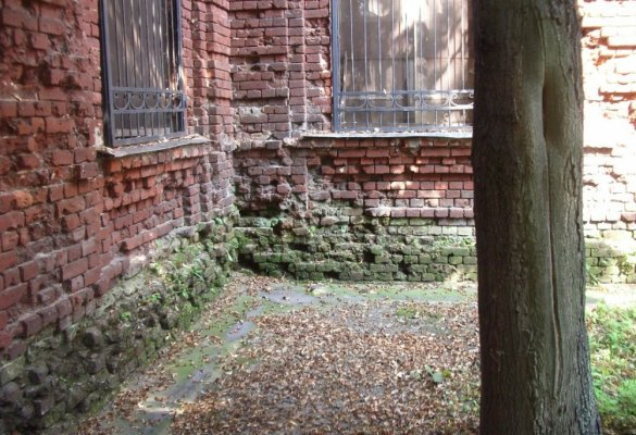 Разрушение и деструкция кирпичной кладки в дворовой части здания